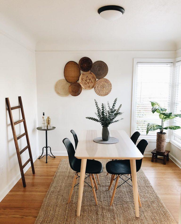 Comedor pequeño con mesa pequeña y escalera decorativa · luladu