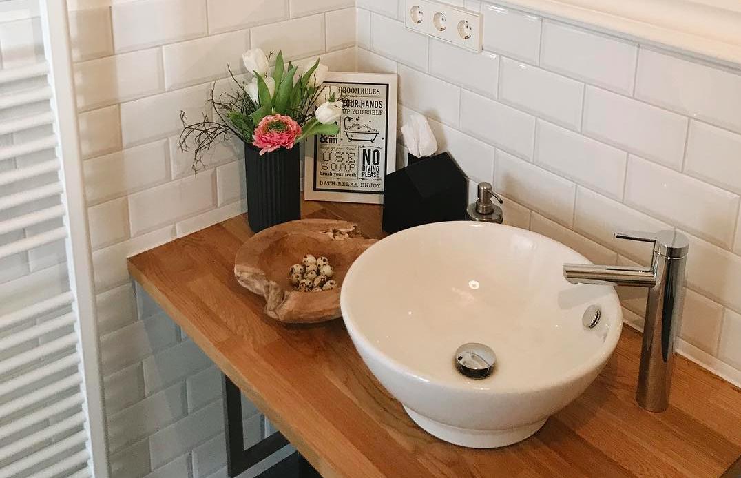 Decorar el baño con flores naturales o artificiales