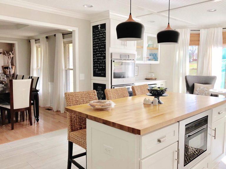 Cocina abierta con isla central y muebles en blanco · luladu